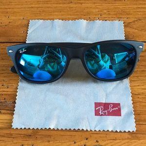 Black Ray-Ban sunglasses blue polarized.